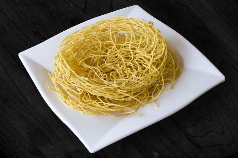 L'indiano popolare della tagliatella croccante di Sev namkeen lo spuntino fatto dalla pasta, dalla curcuma, da Caienna e dal ajwa immagini stock