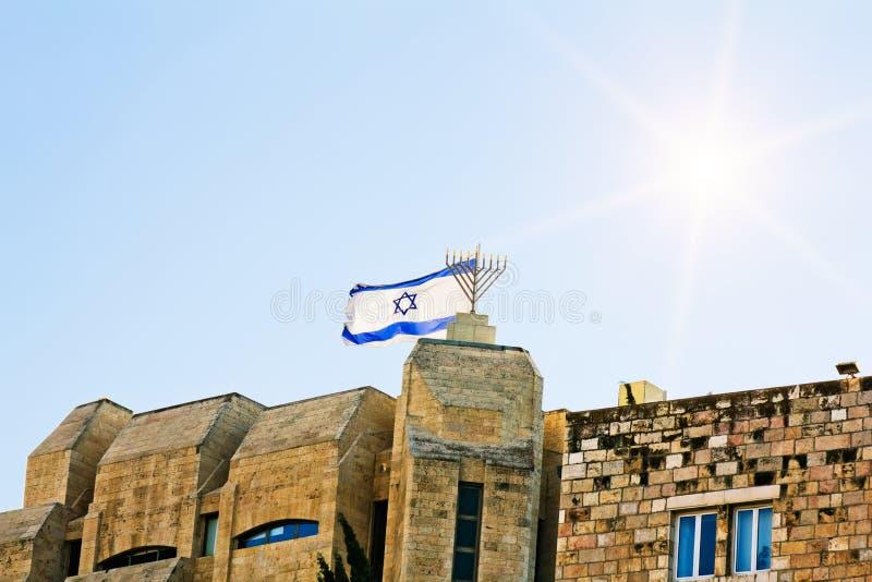 L'indicateur israélien vole au-dessus de vieux Jérusalem parmi les cieux ensoleillés photographie stock libre de droits