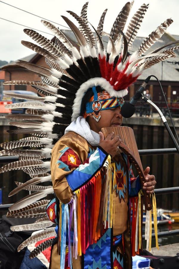 L'Indien d'Amerique indigène joue la cannelure de casserole photos libres de droits