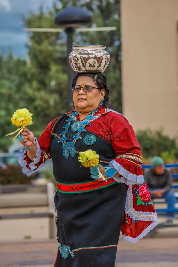 L'Indien de Zuni, une femme de pueblo équilibre le pot sur sa tête dans la cérémonie à Gallup, Nouveau Mexique, le 21 juillet 201 image libre de droits