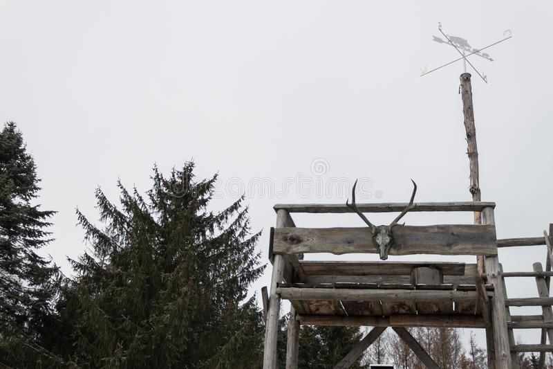 L'individu de vieille école a fait le dessus de tour de guet d'autorité de forêt photographie stock