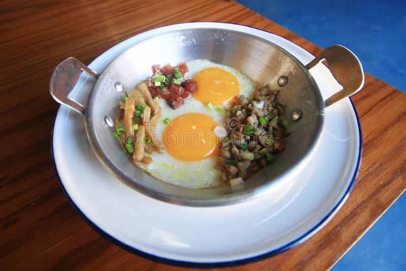 L'Indocina ha saltato in padella l'uovo con le guarnizioni in stile tailandese casalingo e prima colazione facile immagini stock libere da diritti