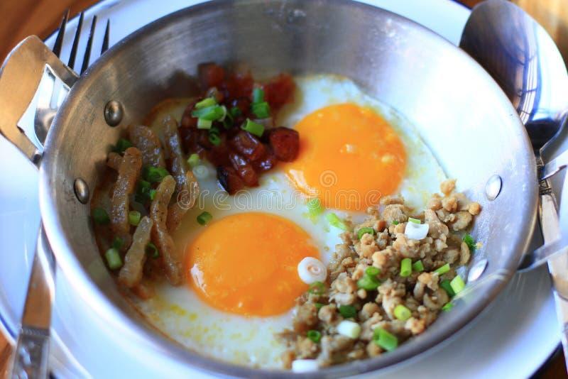 L'Indocina ha saltato in padella l'uovo con le guarnizioni in stile tailandese casalingo e prima colazione facile immagine stock