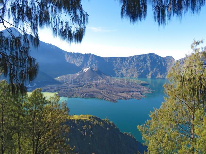 L'Indonesia contenuta immagine Lago blu nel cratere del volca fotografie stock