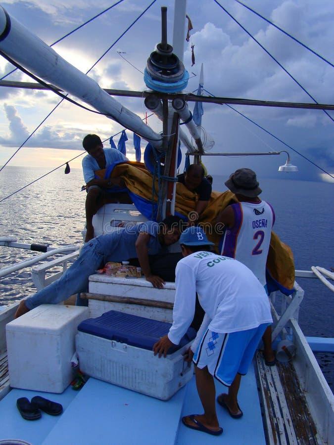 L'industria della pesca artigianale del tonno albacora nelle Filippine è condotta alla notte, nelle vicinanze delle mode artigian fotografie stock libere da diritti