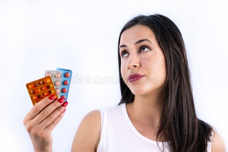 L'industrie pharmaceutique dope la boursouflure de jeune femme de vitamines de pilules images libres de droits