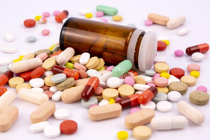 L'industrie pharmaceutique dope la bouteille de vitamines de pilules images libres de droits
