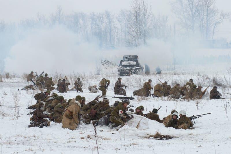 L'infanterie soviétique dispose à attaquer La reconstruction de la bataille de la grande guerre patriotique pour le levage du blo photos libres de droits