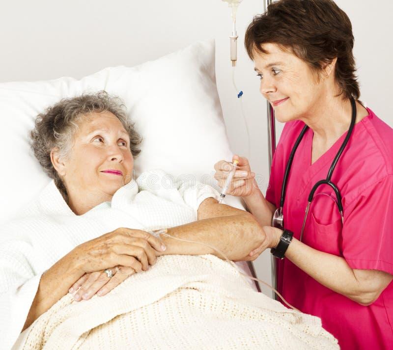 L'infermiera dell'ospedale dà l'iniezione immagine stock libera da diritti