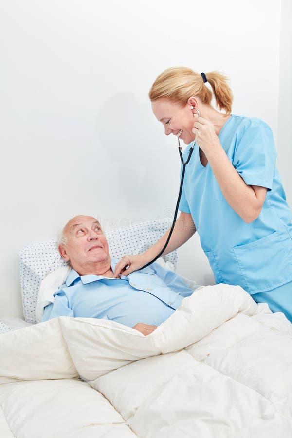 L'infermiere esamina l'anziano malato fotografie stock libere da diritti