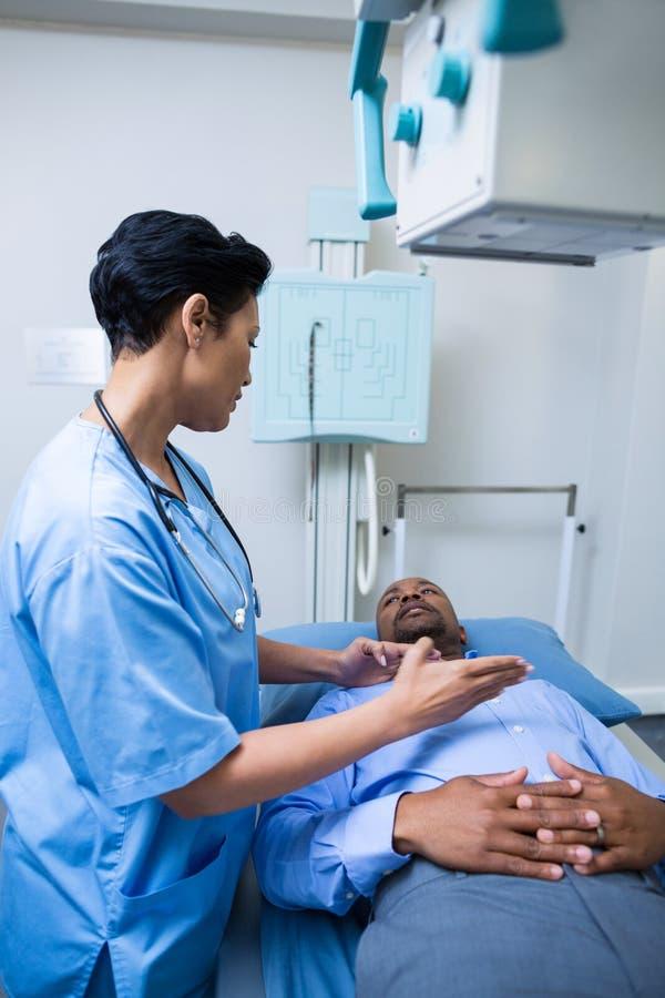 L'infermiere esamina il paziente immagine stock