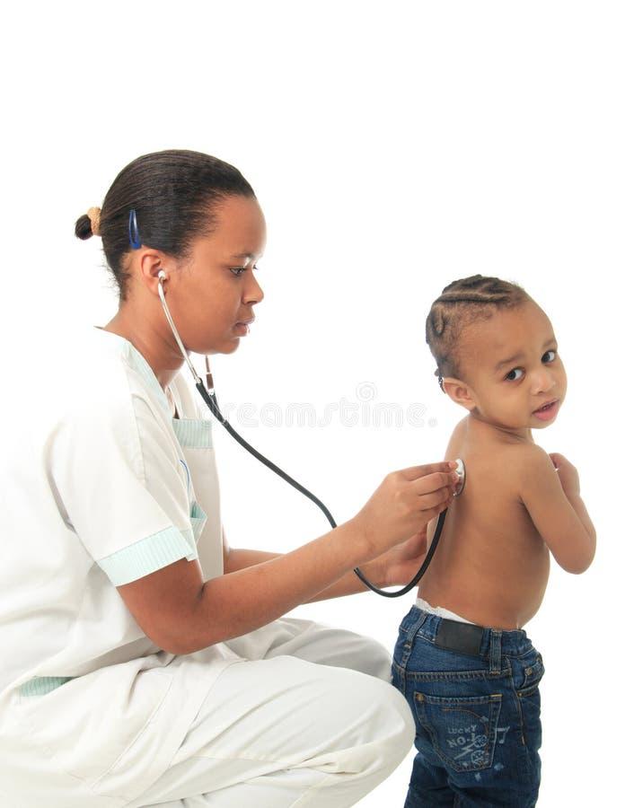 L Infirmière Américaine D Africain Noir Avec L Enfant A Isolé 1 Photo libre de droits