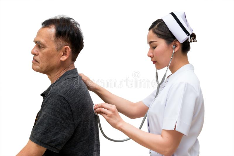 L'infirmière asiatique écoutent le bruit patient plus âgé de souffle du ` s avec Stetho image libre de droits
