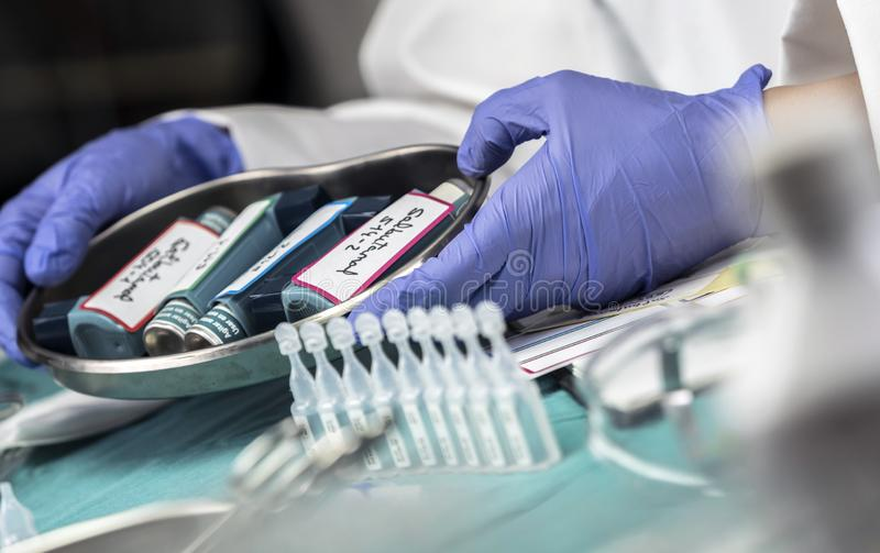 L'infirmière prépare des aérosols de salbutamol dans un hôpital photographie stock libre de droits