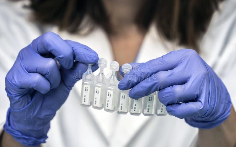 L'infirmière prépare le médicament dans des ampoules pour le masque à oxygène dans un hôpital photo stock
