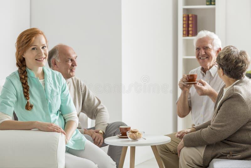 L'infirmière prend soin des personnes plus âgées images libres de droits