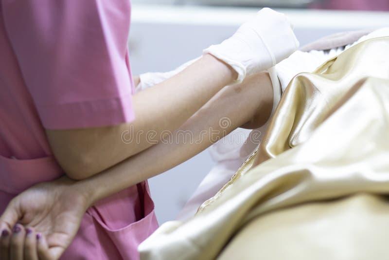 L'infirmi?re tient des mains tiennent le sang du patient, examen t?moin de la Science de collection de sang pour des soins de san images libres de droits