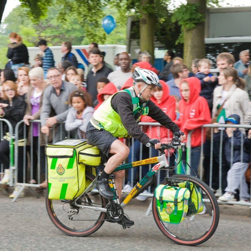 L'infirmier sur une bicyclette reprend la position photo stock