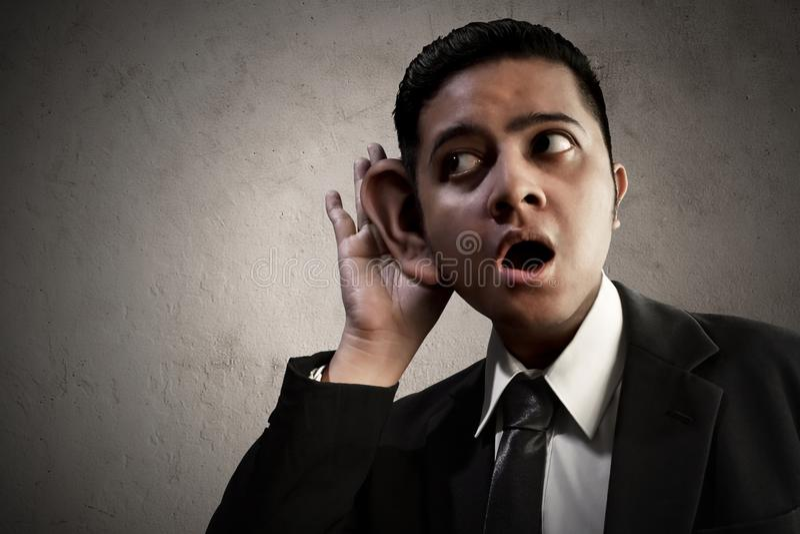 L'information de écoute asiatique d'homme d'affaires images stock