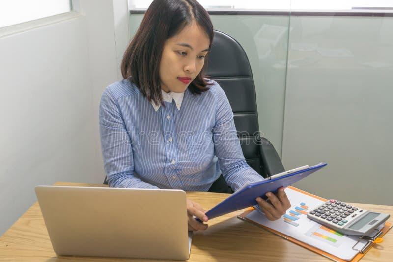 L'information de lecture de femme d'affaires sur le document financier photo libre de droits