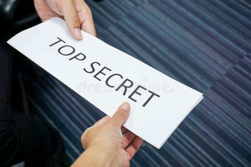 L'information extrêmement secrète et confidentielle à son équipe photographie stock