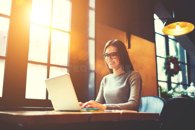 L'information femelle attrayante de sourire de lecture rapide de journaliste faisant des chercheurs pour le reportage photo libre de droits