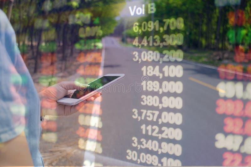 L'information financière en ligne de téléphones intelligents de double exposition photos libres de droits