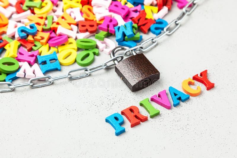 L'information privée fermée Lettres de symbole de l'information enveloppées dans à chaînes et verrouillées photos stock