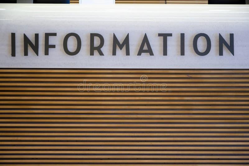 L'information se connectent le bureau de renseignements en bois et en pierre photos libres de droits
