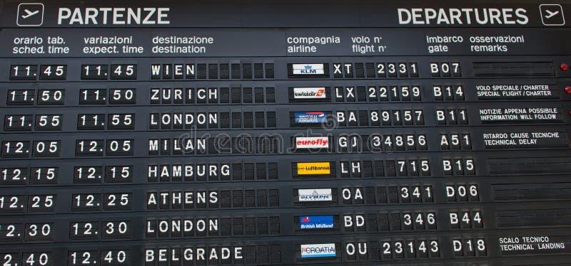 L'information sur un conseil de départs d'aéroport photos stock