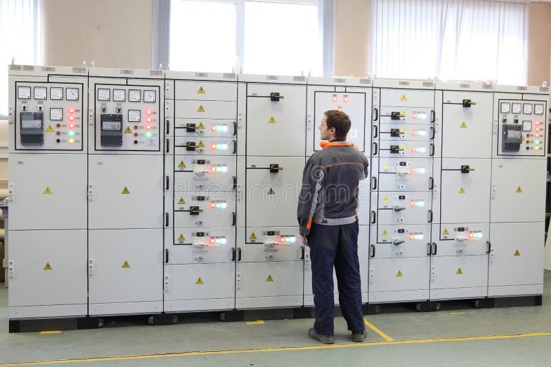 L'ingénieur électrique font les services, l'essai et l'entretien bas v photos libres de droits