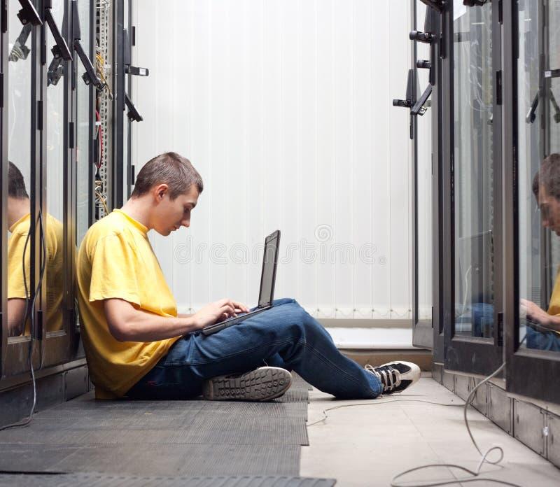 L'ingénieur dans le datacenter photos libres de droits