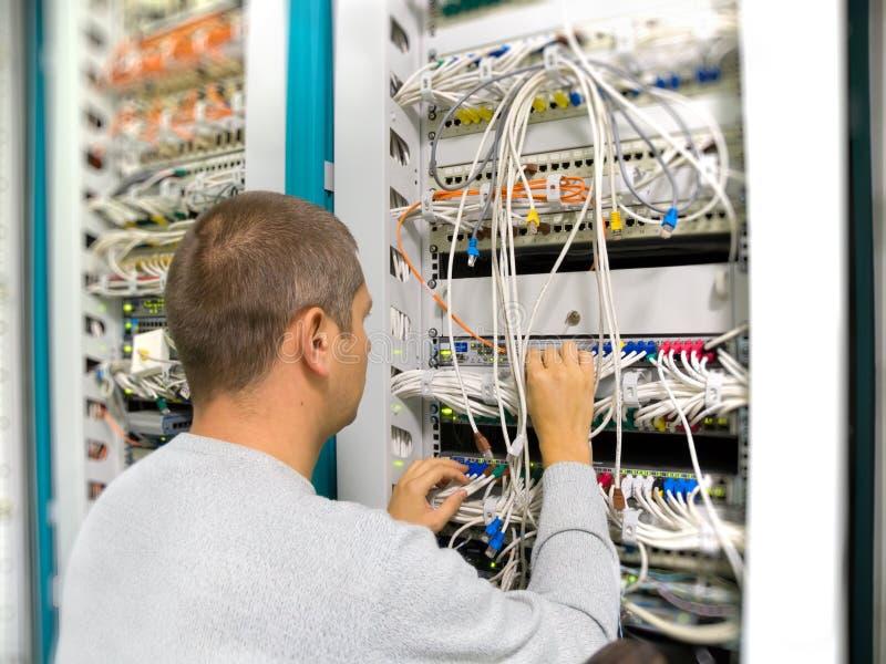 L'ingénieur de réseau résout un problème de transmission photos stock