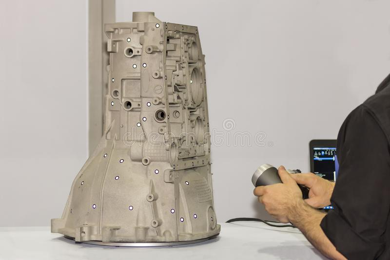 L'ingénieur ou l'opérateur qui préparent émet le laser léger rose d'un équipement de grande précision du balayage 3d portatif à u image stock