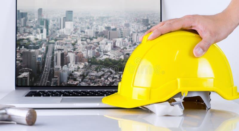 L'ingegnere civile sta prendendo il casco di sicurezza con il fondo della città di Tokyo immagini stock libere da diritti