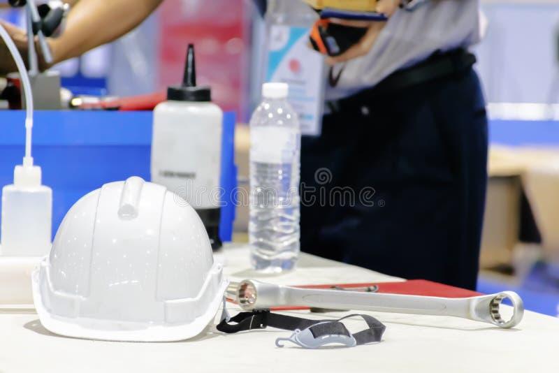 L'ingegnere del motore sta controllando l'automobile Attrezzature e lubrificanti, H immagine stock libera da diritti