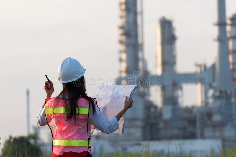 L'ingegnere delle donne nella centrale elettrica immagini stock