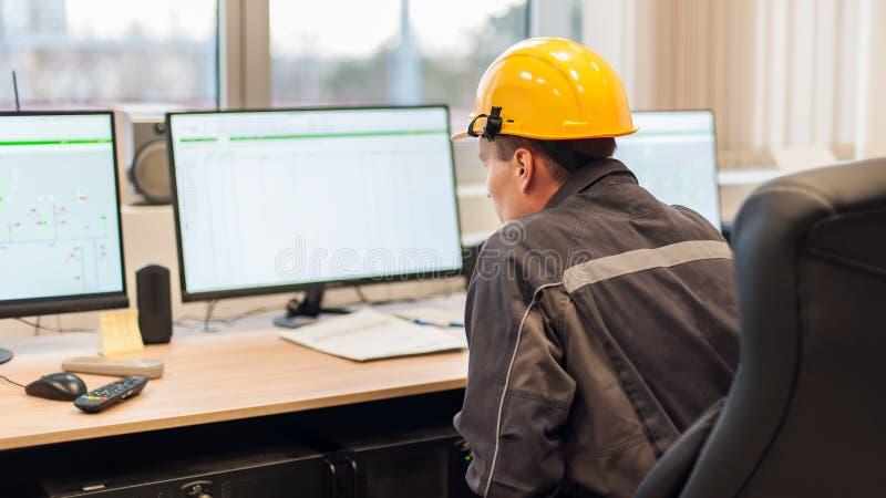 L'ingegnere di manutenzione ispeziona il sistema di protezione del relè dal contro immagini stock