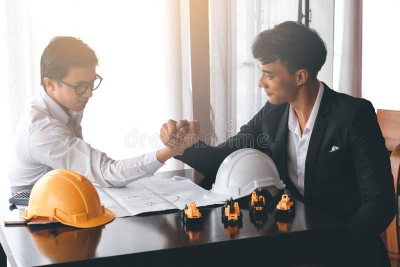 L'ingegnere due o l'uomo d'affari si impegna nel braccio di ferro fotografia stock libera da diritti