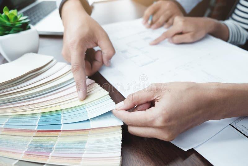 L'ingegnere ed il colore scelto dell'architettura per la casa proiettano immagini stock