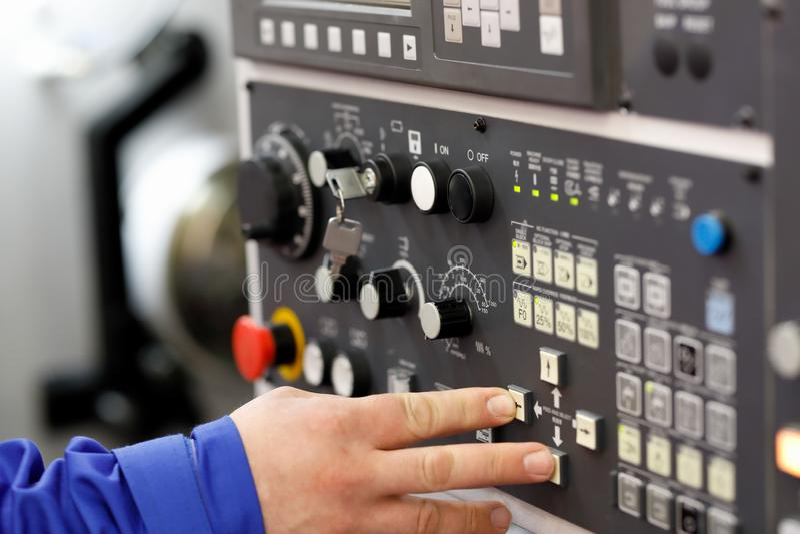 L'ingegnere ha installato i parametri dell'operazione del tornio di CNC fotografie stock libere da diritti