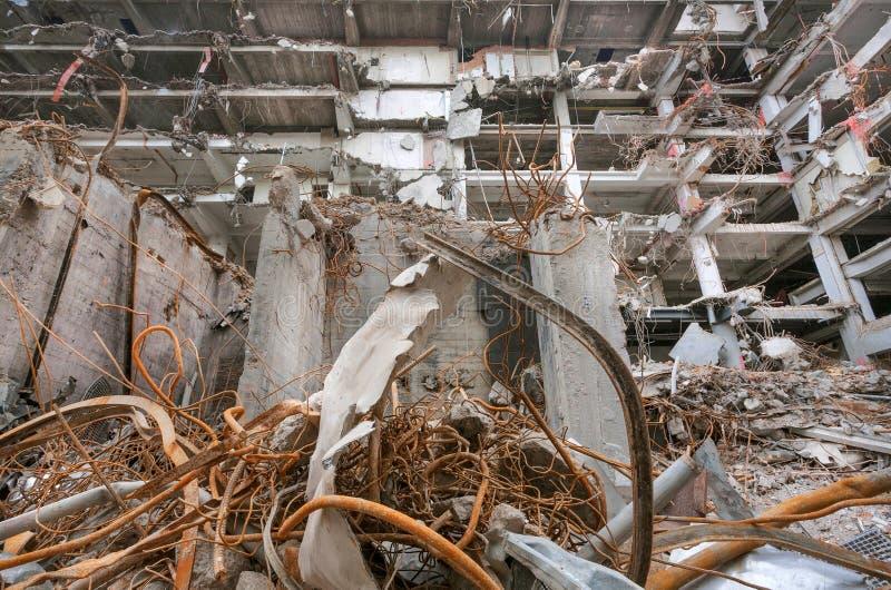 L'ingegnere lavora per demolizione, costruzione degli edifici al sito industriale Rinforzo e calcestruzzo, case rotte immagini stock