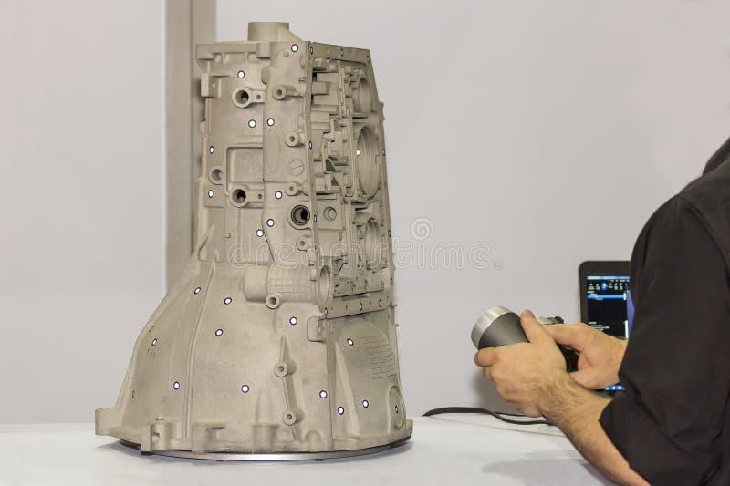 L'ingegnere o l'operatore che prepara emette il laser leggero rosa da un'attrezzatura portatile di alta precisione di ricerca 3d  immagine stock
