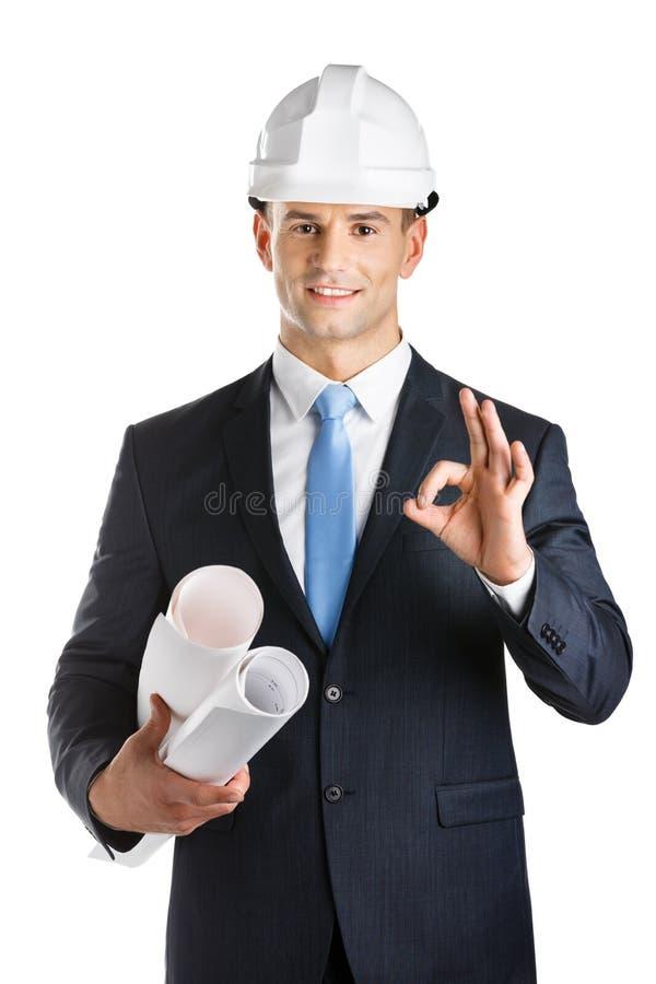 L'ingegnere passa le cianografie ed i gesti okay fotografie stock libere da diritti
