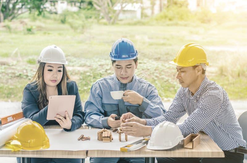 L'ingegnere professionista sta discutendo il piano della costruzione del progetto con il suo cliente di affari fotografia stock