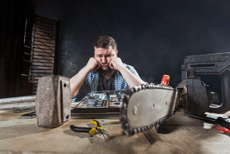 L'ingegnere ripara il computer portatile, problema della correzione del riparatore immagine stock libera da diritti
