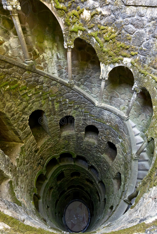 L'initiation bien de Quinta da Regaleira dans Sintra, Portugal C'est un escalier de 27 mètres qui mène le souterrain droit de bas photos libres de droits