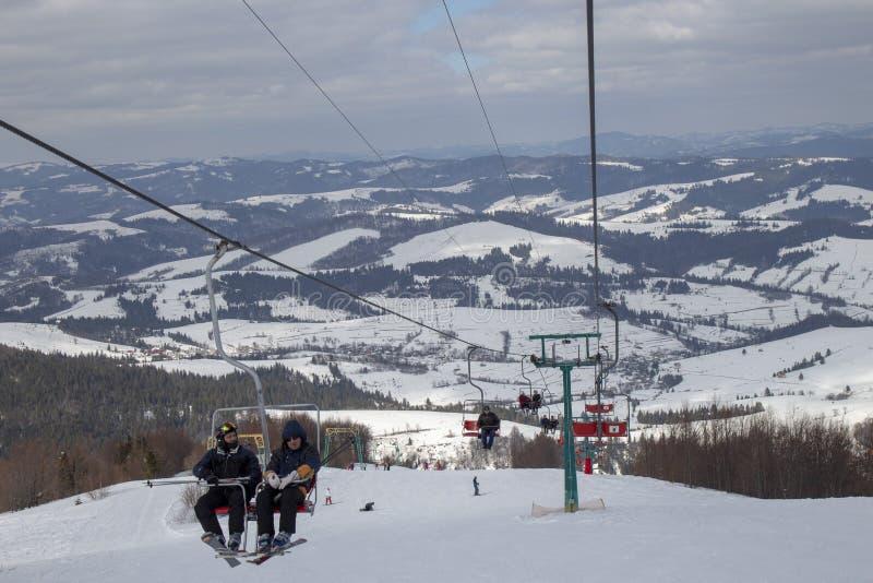 L'inizio della stagione dello sci nei Carpathians fotografia stock