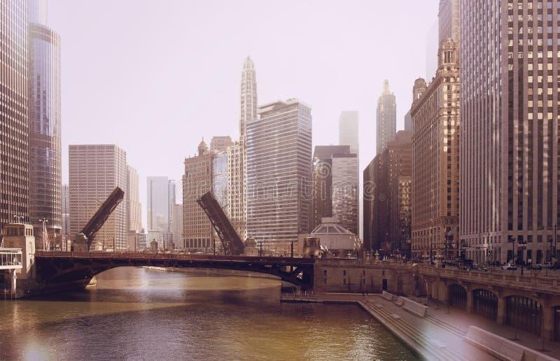 L'innalzamento del ponte sul Chicago River e le barche a vela si muovono dal loro porto sul lago Michigan Foto dell'annata fotografia stock libera da diritti