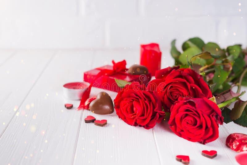 L'innamorato dell'Cioccolato-amore del biglietto di S. Valentino ha modellato le caramelle di cioccolato con il contenitore di re fotografie stock libere da diritti